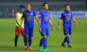 AMRI RACHMAN DZULFIKRI/JABAR EKSPRES HASIL IMBANG: Pemain Persib Bandung tertunduk keluar lapangan usai melawan Arema FC pada pembuka Liga 1 Indonesia 2017 di GBLA, Sabtu (15/4).