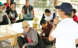DISKUSI: Anggota DPR/MPR RI, H Yadi Srimulyadi saat rapat dengar pendapat dengan sejumlah warga Desa Cihampelas.