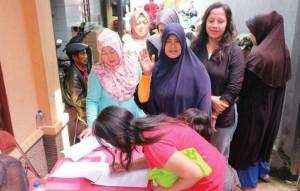 ANTUSIAS MENGIKUTI: Warga Desa Rancamayar Kabupaten Bandung melakukan registrasi sebelum mengikuti acara Sosialisasi 4 Pilar Kebangsaan sekaligus Rapat Dengar Pendapat (RDP) dengan anggota DPR/MPR RI, H Yadi Srimulyadi, Minggu (16/4).