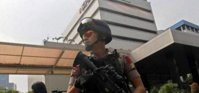 DIJAGA KETAT: Seorang personil Brimob mengawasi dan menjaga gedung KPK yang kerap mendapat ancaman.