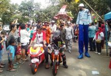 SENYUM LEPAS: Sejumlah penonton merasa terhibur dengan adanya pagelaran karnaval dan jampanan yang digelar di kelurahan Burangrang, Lengkong, kemarin.