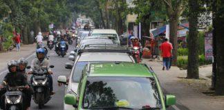 PADAT MERAYAP: Ribuan pengendara saat memadati kawasan wisata di Lembang, Kabupaten Bandung Barat, beberapa waktu lalu. Sejumlah kawasan wisata masih diserbu pemudik lokal untuk mengisi liburan.