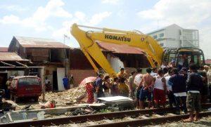 LAKUKAN PENERTIBAN: PT. KAI kembali melakukan pembongkaran bangunan rumah warga yang berdiri di lahan milik BUMN tersebut. pembongkaran bangunan yang dihuni 159 kepala keluarga itu untuk persiapan jalur kereta api cepat.