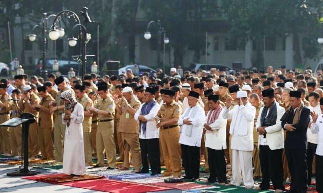 IMAN MULYONO/JABAR EKSPRES MINTA HUJAN: Pemkot Bandung saat menggelar Salat Istisqa yang digelar di Balai Kota Bandung diikuti seluruh Aparatur Sipil Negara (ASN) yang bekerja di lingkungan Pemkot Bandung.