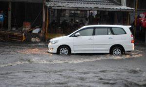 SELALU TERGENANG: Mobil milik warga nekat menerjang derasnya banjir Jalan Melong yang tergenang, beberapa waktu lalu. (ilustrasi)