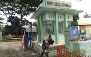 Seorang keluarga pasien menunggu jam besuk di buka di RSUD Cicalenggka untuk menjenguk keluarganya yang sedang dirawat.