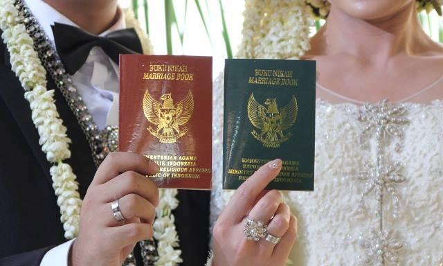ILUSTRASI: Perlihatkan buku nikah sebagai tanda sudah syah-nya penikahan berdasarkan hukum.