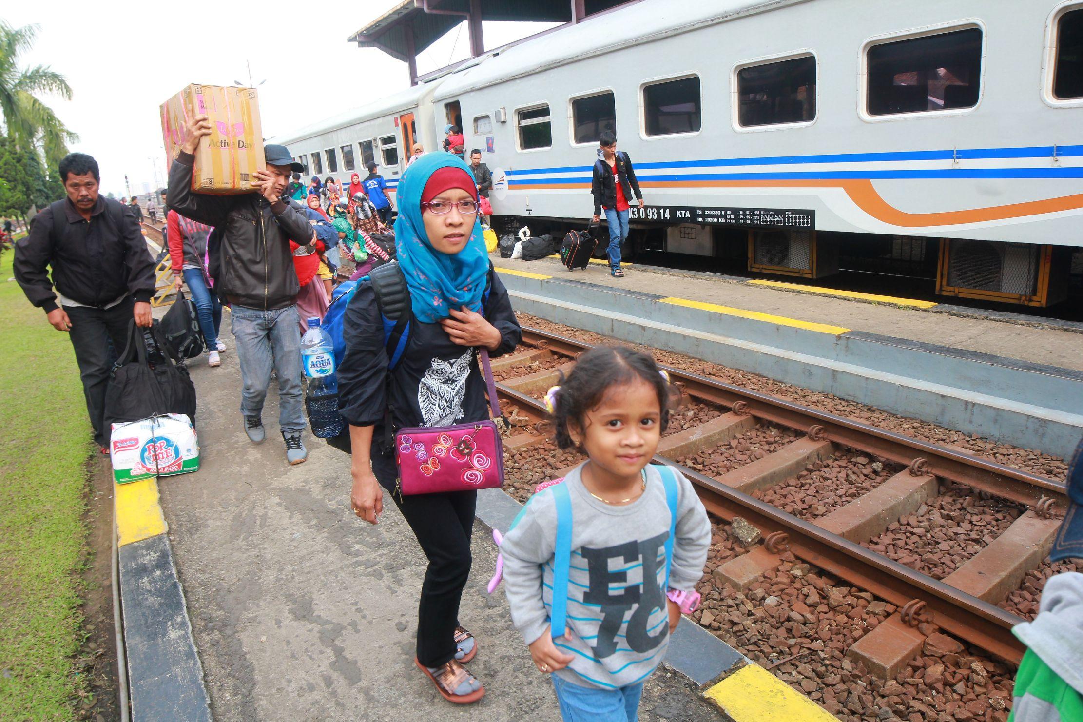 Penumpang kereta api jurusan Kutoarjo - Bandung memadati stasiun besar kereta api Kiaracondong, Jalan Kiaracondong, Kota Bandung, Minggu (10/7). Menjelang akhir libur lebaran stasiun kereta api Kiaracondong dipadati warga yang mudik dari luar Jawa Barat. Fajri Achmad NF / Bandung Ekspres