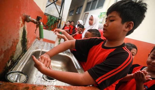 Mendapat pembelajaran pola hidup sehat, dibimbing semua guru ratusan Siswa SDN 139 Sukarasa Kota Bandung melakukan senam cuci tangan pake sabun.