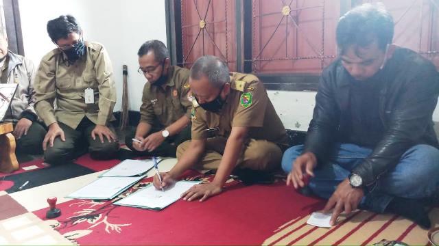JALIN KERJASAMA: Kades Indragiri Agus Margono (dua kanan) didampingi LMDH, BUMDes menandatangani MoU dengan Pihak KPH Perhutani.