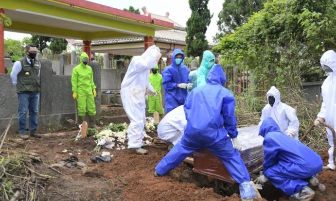 proses pemakaman jenazah dengan riwayat meninggal karena terserang virus korona di Cikadut Bandung, beberapa waktu lalu.