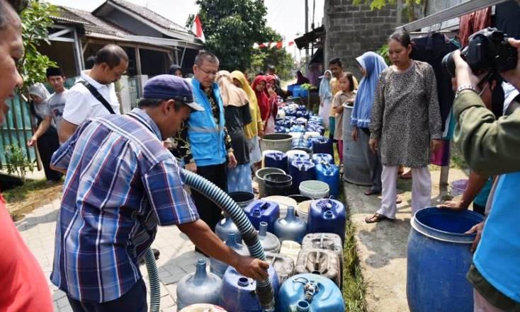 PENUHI KEBUTUHAN: Akibat musim kemarau, warga mulai kesulitan mendapatkan air bersih. Bahkan warga harus rela antri berjam-jam untuk mendapatkan air bersih yang diberikan oleh pemerintah. (ilustrasi/Istimewa)