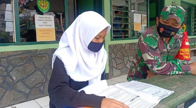 Terkendala jaringan, Siswa SMP belajar di koramil lembang selama pelaksanaan PJJ di masa pandemi Covid-19.