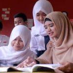 Seorang guru honorer sedang memberikan pendampingan kepada para siswa yang sedang belajar bersama di sekolah sebelum pandemi covid-19. (ILUSTRASI)