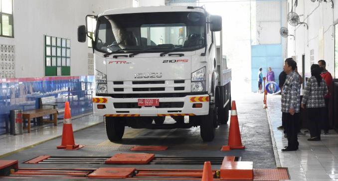 SIAGA KESELAMATAN: Salah satu unit kendaraan angkutan milik Pemerintah Kota sedang melakukan uji KIR. Pentingnya uji berkala adalah untuk mencegah terjadinya kecelakaan. (Ilustrasi)