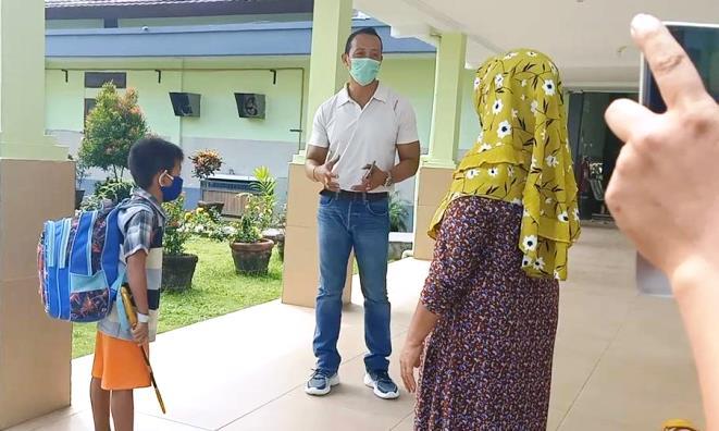 Meski di rumah dan bersama keluarga sebaiknya warga tetap menjalankan protokol kesehatan yang dianjurkan pemerintah untuk mencegah tertular virus korona.