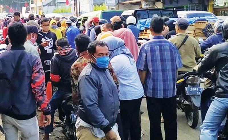 KERUMUNAN: Kerumunan warga penerima BLT UMKM saat antre di salah satu bank penyalur program bantuan dari pemerintah pusat di Kabupaten Sukabumi, Jabar.