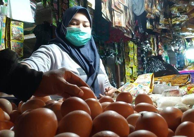 Pedagang memilihkan telur untuk pembeli di tengah harga kebutuhan pokok masyarakat yang mulai merangkak naik masa ramadan.