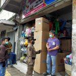 ILUSTRASI: Satpol PP memberikan imbauan terhadap pemilik toko.