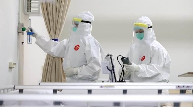 PERAWATAN: Tenaga Kesehatan sedang mengontrol ruang perawatan untuk pasien Covid-19. (Ilustrasi)