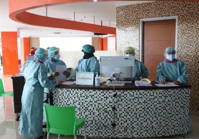 Petugas vaksinator menyiapkan vaksinasi tenaga kesehatan. ANTARA/Pradita Kurniawan Syah.