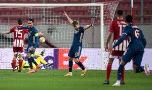 SELEBRASI: Gelandang serang Arsenal, Martin Odegaard (tengah) merayakan gol perdananya. (@Arsenal/Twitter)