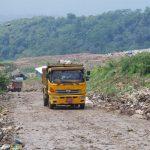 Truk pengangkut sampah memasuki area TPA Sarimukti di Rajamandala, KBB.