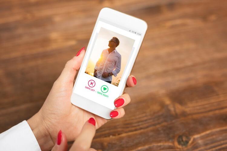 Ilustrasi membuka aplikasiKencan Online di Smarphone