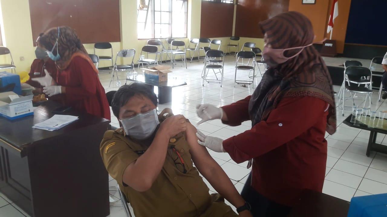 Situasi saat vaksinasi virus Covid-19 yang dilakukan di Gedung KORPRI Kabupaten Sumedang, belum lama ini.