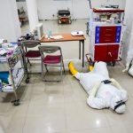 Tenaga Kesehatan tengah beristirahan sejenak melepas lelah setelah layani pasien Covid-19 yang terus melonjak.