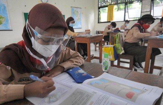 Proses belajar mengajar secara tatap muka di Garut, pihak sekolah menyediakan ruang isolasi mandiri bagi siswa sebagai antisipasi paparan virus korona.