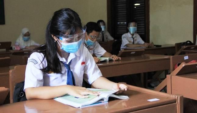 Ilustrasi: Seorang siswa sedang melakukan simulasi Pembelajaran Tatap Muka (PTM) - Sekolah Standar Nasional