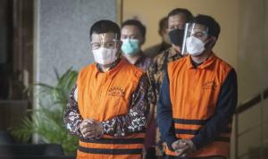 Bupati Bandung Barat, Aa Umbara Sutisna (kiri), dan anaknya, Andri Wibawa (kanan), menggunakan rompi tahanan seusai diperiksa di Gedung Merah Putih KPK, Jakarta, Jumat (9/4/2021). ANTARA FOTO/Aprillio Akbar