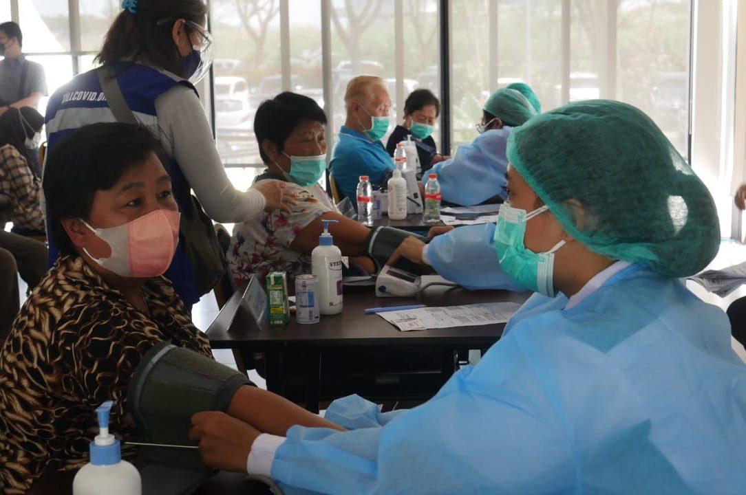 Sejumlah peserta vaksinasi dari kalangan lansia saat menjalani tensi darah sebelim disuntikan dosis vaksin. Kegiatan ini diinisiasi oleh Kill Covid-19 Bandung bersama Yayasan Darma Wulan dan Ikatan Alumni (IKA) perguruan tinggi bertempat di Padalarang. (FOTO WISNU/JABAR EKSPRES)
