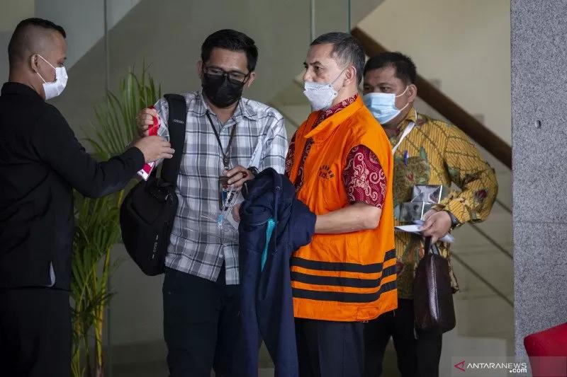 Tersangka Wali Kota Cimahi nonaktif Ajay Muhammad Priatna (kedua kanan) usai menjalani pemeriksaan di Gedung KPK, Jakarta, Kamis (25/3/2021). ANTARA FOTO/Dhemas Reviyanto/foc.
