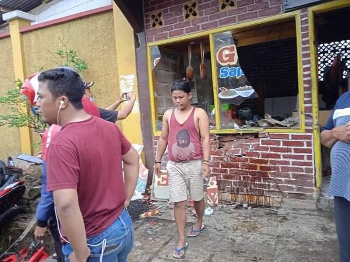 Bagian depan warung makan di Baleendah di tabrak Angkot