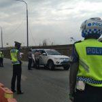 Petugas Kepolisian berjaga untuk memeriksa setiap kendaraan yang melintas untuk mudik.