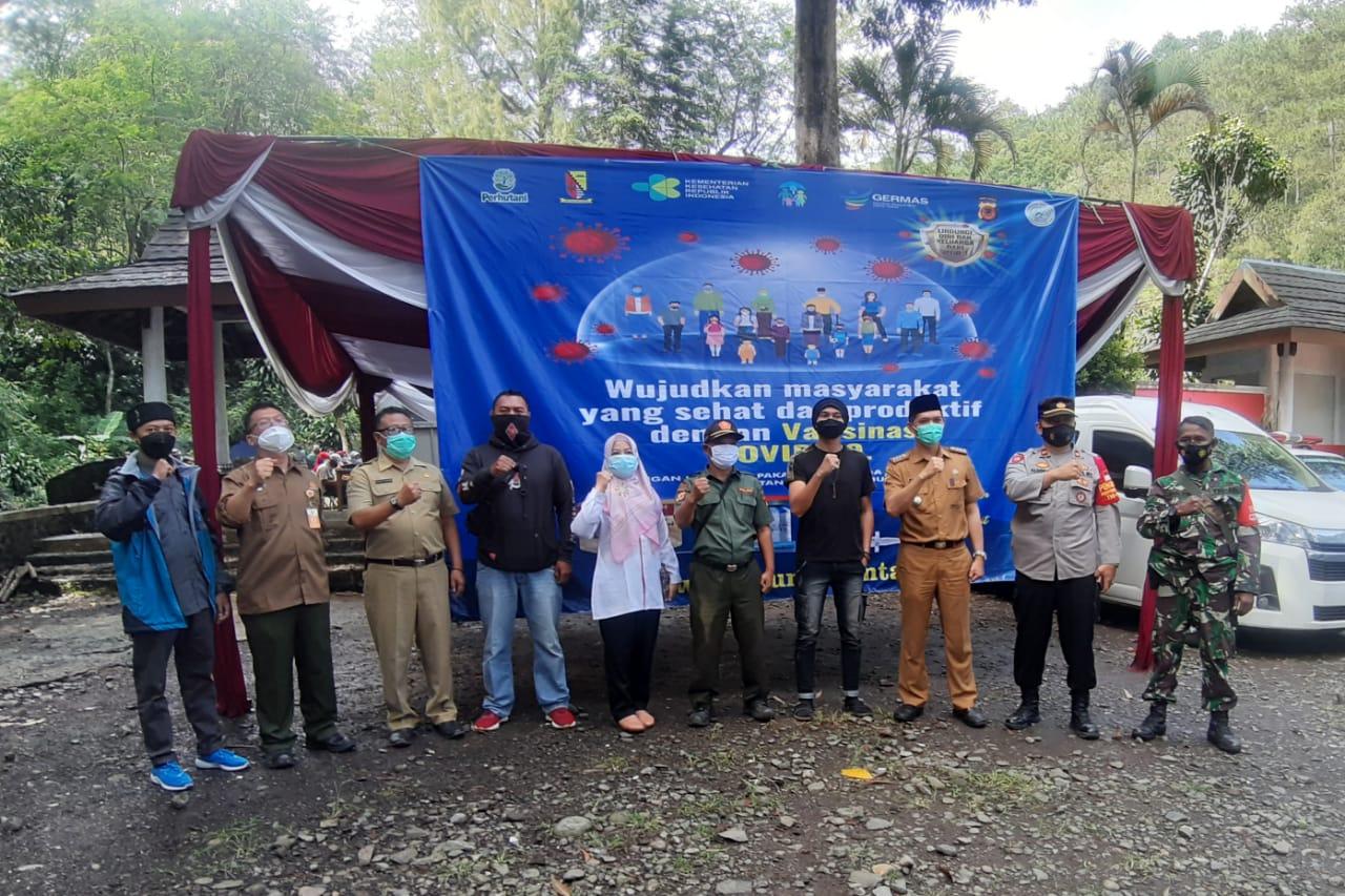 VAKSINASI CEGAH COVID: Sejumlah unsur yang terlibat dalam pelaksanaan vaksinasi warga di sekitar Gunung Puntang.