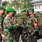 Panglima-Kodam-III-Siliwangi-Mayjen-TNI-Nugroho-Budi-Wiryanto-memberikan-semangat-kepada-Pasukan-Pamrahwan-dari-Yonif-315-Garuda.jpg