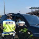 Petugas jajaran Polresta Bandung saat memeriksa kendaraan di Pos Penyekatan Cileunyi pada Jumat (7/5). (Yanuar Baswata/Jabar Ekspres).