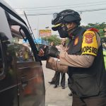 Kapolres Sumedang, AKBP Eko Prasetyo Rubbiyanto saat lakukan pemeriksaan kendaraan di Pos Penyekatan Cimanggung, Jumat (7/5). (Yanuar Baswata/Jabar Ekspres)