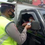 Petugas penyekatan dari Polres Cimahi lakukan pemeriksaan pada pengendara dari luar plat nomor Bandung - Cimahi, di Kawasan Tol Baros, Sabtu (8/5). (Intan Aida/Jabar Ekspres)
