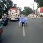 Kawasan Jalan Rajawali, Cimahi, lakukan penyekatan dengan memberi plang untuk hindari pengendara luar bandung untuk mudik dan mencegah penularan covid-19, di Kawasan Jalan Rajawali, Minggu (9/5) (Intan Aida/Jabar Ekspres)