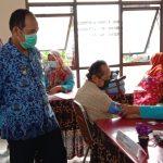 Pelaksanaan Tugas (Plt.) Wali Kota Cimahi, Ngatiyana memantau warga lansia sedang disuntik vaksin dalam acara gebyar vaksinasi lansia, di Kantor Kecamatan Cimahi Tengah, belum lama ini. (Intan Aida/Jabar Ekspres)