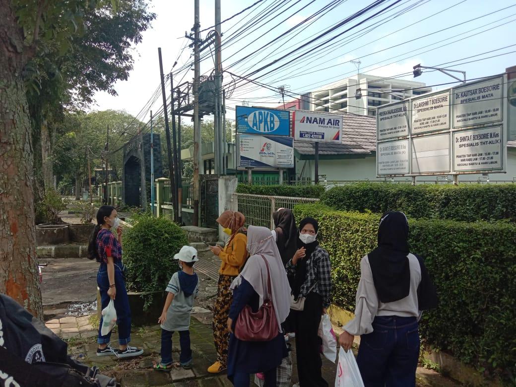 Salah satu rombongan pengunjung yang memutuskan 'balik kanan' ketika baru saja mengetahui Taman Lalu Lintas Kota Bandung turut alami penutupan, Minggu (23/5). (Sandi Nugraha/Jabar Ekspres)