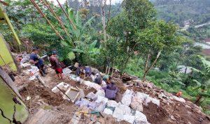 Hujan deras sebabkan longsor yang robohkan tembok rumah warga di Lembang, KBB.