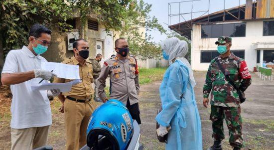 Pihak Satgas Covid-19 Kecamatan Pameungpeuk, beserta petugas Puskemas Dinkes Bandung di Pameumpek saat melakukan tes Swab Antigen dan PCR kepada warga.