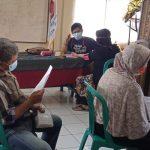 Tiga orang peserta suntik vaksin sedang melakukan antrian dengan teratur di Balai Pertemuan RW2, Kelurahan Cimahi, Kecamatan Cimahi Tengah, Selasa (25/2).(Intan Aida/Jabar Ekspres)