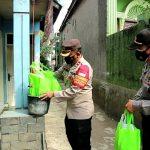 Kapolsek Dayeuhkolot Kompol Tedi Rusman memberikan sembako kepada satu keluarga yang terkonfirmasi Covid-19 di Desa Citereup Kabupaten Bandung.