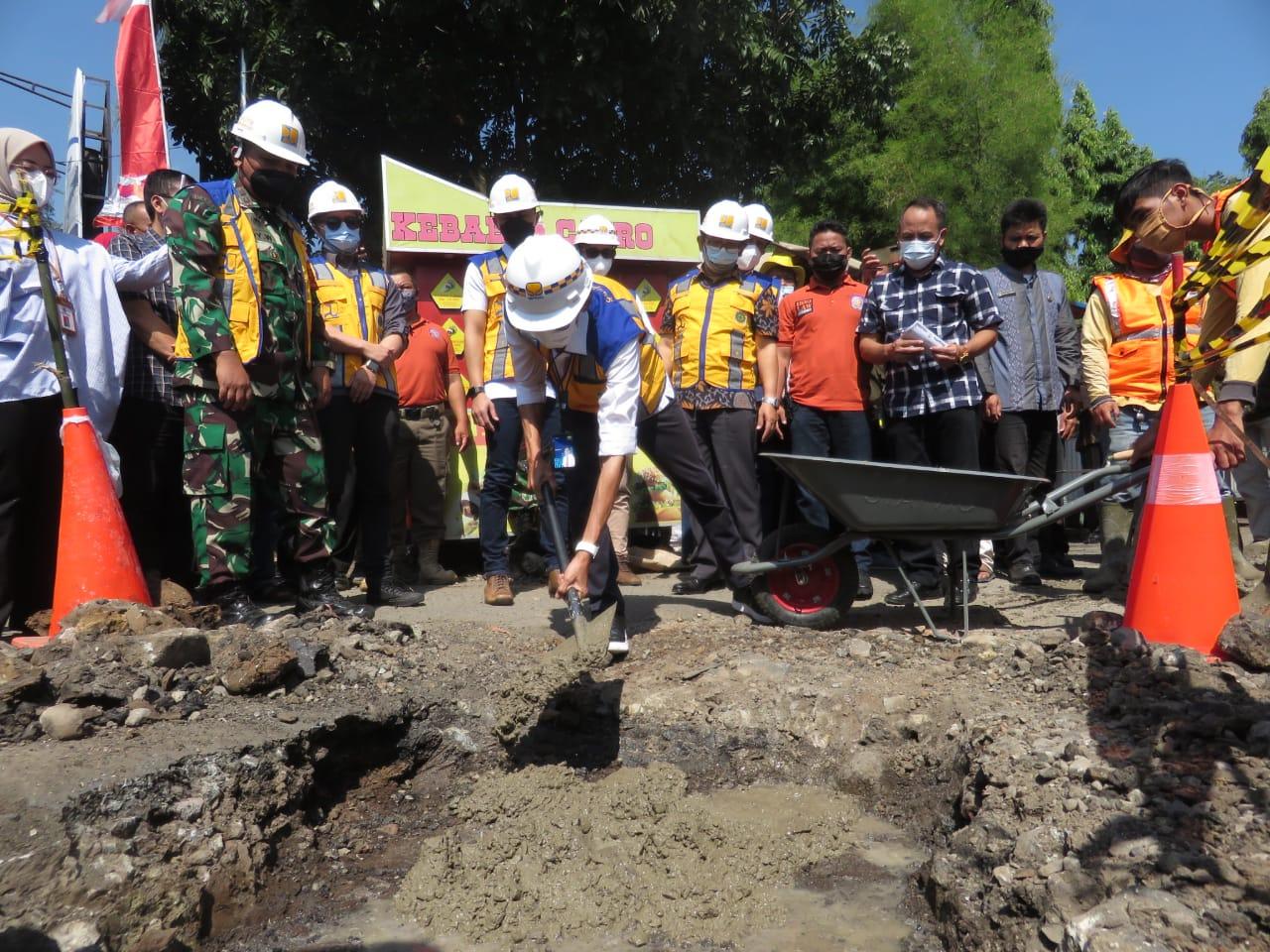 Pelaksanaan groundbreaking perbaikan jalan di selatan KBB, dinilai timbulkan kerumunan massa di tengah pandemi Covid-19.